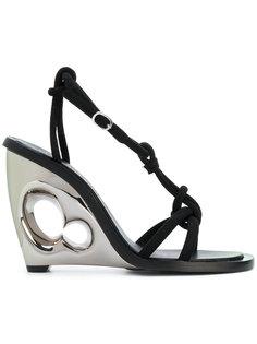 сандалии на скульптурной танкетке Alexander McQueen