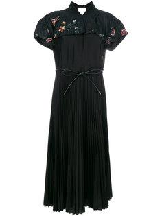 плиссированное платье с вышивками Sacai