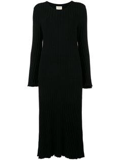 вязаное платье в рубчик с расклешенными рукавами Simon Miller