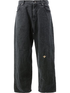 джинсы клеш с вышитой пчелой  Undercover