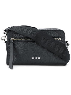 текстурная сумка с логотипом на лямке Versus