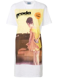 футболка с принтом и нашивками  Prada