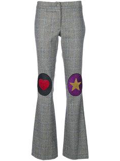 расклешенные брюки с заплатками на коленях  Ultràchic