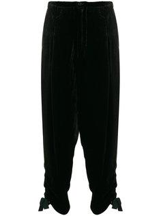 брюки с заниженным шаговым швом с завязками на манжетах  Toga