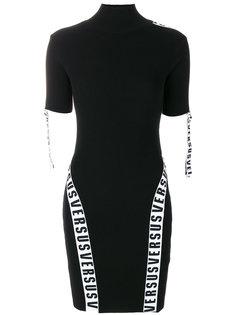 платье с высоким воротом и логотипом  Versus
