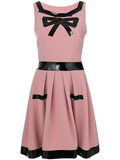 А-образное платье шифт с лакированной отделкой  Moschino