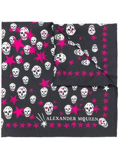 шарф с принтом черепов и звезд Alexander McQueen