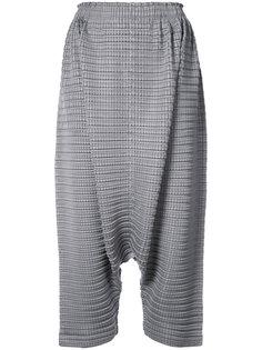 фактурные брюки с заниженной проймой Issey Miyake