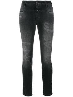 укороченные джинсы с рваными деталями Closed