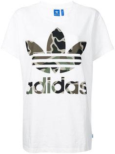 футболка с камуфляжным логотипом Adidas