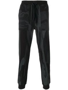 спортивные брюки с камуфляжным принтом Maharishi