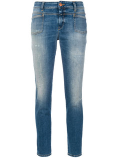 укороченные джинсы с потертостями Closed
