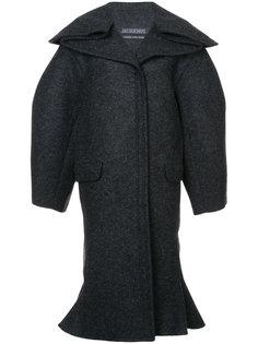 расклешенное пальто мешковатого кроя Jacquemus