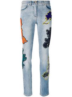 джинсы с вышитыми цветами  Versace