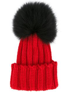 шапка-бини с помпоном из меха енота Inverni