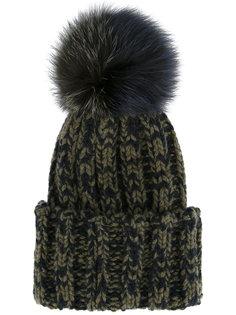 шапка-бини в рубчик с помпоном из меха енота Inverni