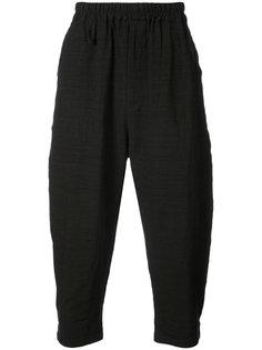 укороченные брюки с заниженной проймой By Walid