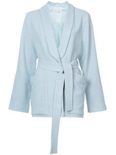 пиджак с лацканами-шалькой и поясом Apiece Apart