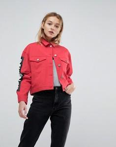 Красная джинсовая куртка с контрастной строчкой и принтом ASOS - Красный