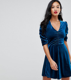 Бархатное короткое приталенное платье с присборенной отделкой John Zack Petite - Синий