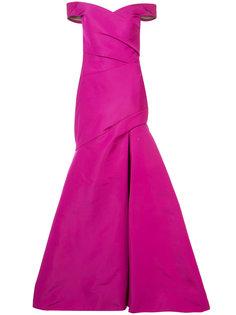 длинное раклешенное платье с открытыми плечами Monique Lhuillier