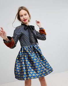 Короткое приталенное платье с жаккардовым принтом и манжетами из искусственного меха Sister Jane - Синий