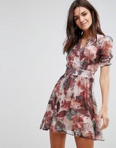 Короткое приталенное платье с цветочным принтом и объемными рукавами Pussycat London - Коричневый