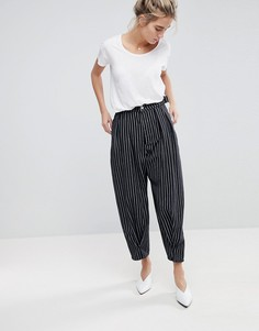 Монохромные свободные джинсы в полоску с перекрученными швами ASOS - Мульти