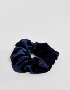 Бархатная резинка для волос ограниченной серии - Синий Asos