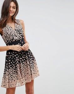 Короткое приталенное платье в горошек с завязкой на поясе Pussycat London - Розовый