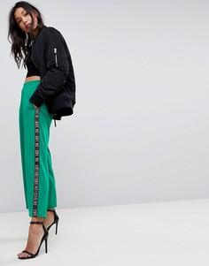 Джоггеры с широкими штанинами и отделкой кантом с принтом ASOS Premium - Зеленый
