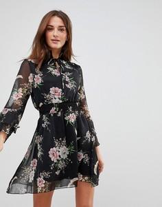 Платье с высоким воротником, оборками на рукавах и завязкой Influence - Черный