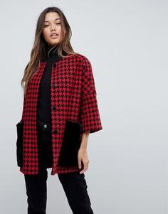 Пальто в стиле кимоно с узором гусиная лапка и карманами из искусственного меха Helene Berman - Красный