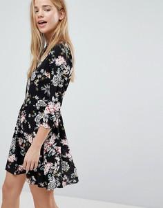 Короткое приталенное платье с цветочным принтом Glamorous - Черный