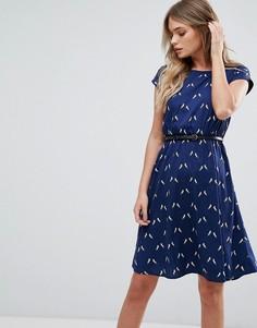 Короткое приталенное платье с поясом и принтом единорогом Yumi - Темно-синий