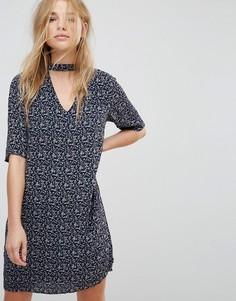 Свободное платье с принтом и чокером Vero Moda - Темно-синий