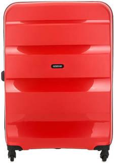 Красный пластиковый чемодан на колесах American Tourister