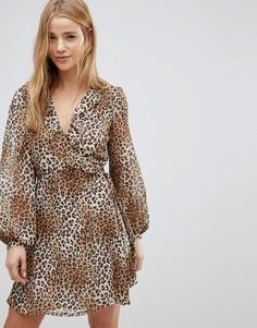 Платье с запахом, рюшами и леопардовым принтом Glamorous - Мульти