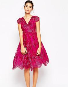Кружевное платье для выпускного с пышной юбкой и эффектом металлик Chi Chi London Petite - Фиолетовый