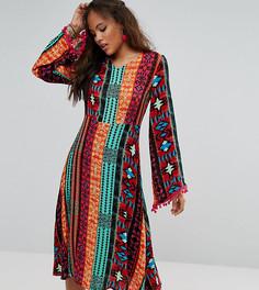 Платье миди с глубоким вырезом, ацтекским принтом и отделкой помпонами Glamorous Tall - Мульти