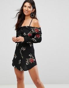 Свободное платье с открытыми плечами и цветочным принтом Girl In Mind - Черный
