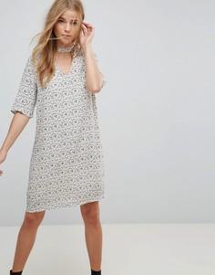 Свободное платье с принтом и чокером Vero Moda - Серый