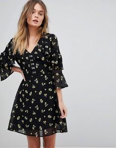 Короткое приталенное платье с цветочным принтом и застежкой на крючки спереди Influence - Черный