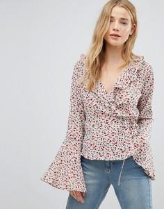 Блузка с запахом, рукавами клеш и цветочным принтом Glamorous - Белый