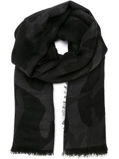 шарф с камуфляжным принтом и Valentino
