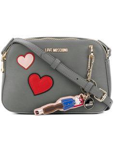 сумка на плечо с нашивками-сердцами Love Moschino
