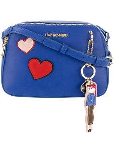 сумка через плечо с нашивками-сердцами Love Moschino