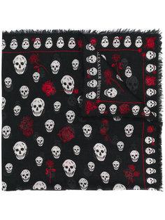 шарф с черепами и розами Alexander McQueen