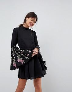 Короткое приталенное платье с расклешенными рукавами и вышивкой ASOS - Черный