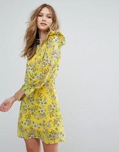 Короткое приталенное платье с цветочным принтом и оборкой Vero Moda - Желтый
